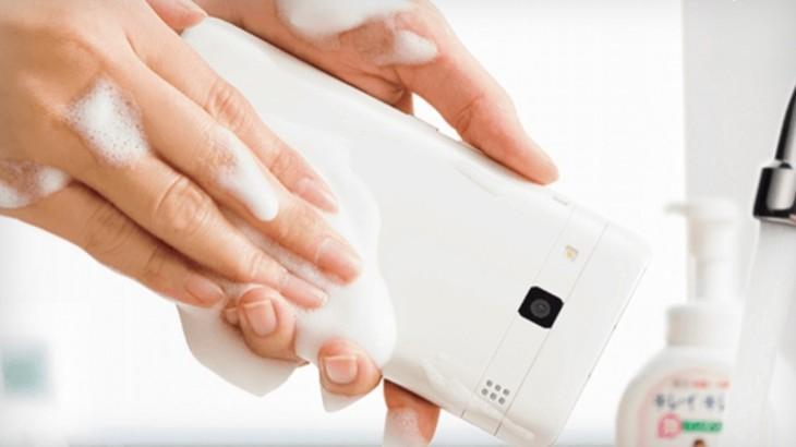 Kyocera : Digno Rafre, un smartphone que l'on peut laver au savon